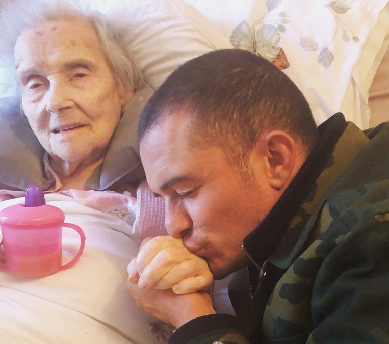 Orlando Bloom neemt afscheid van zijn oma.