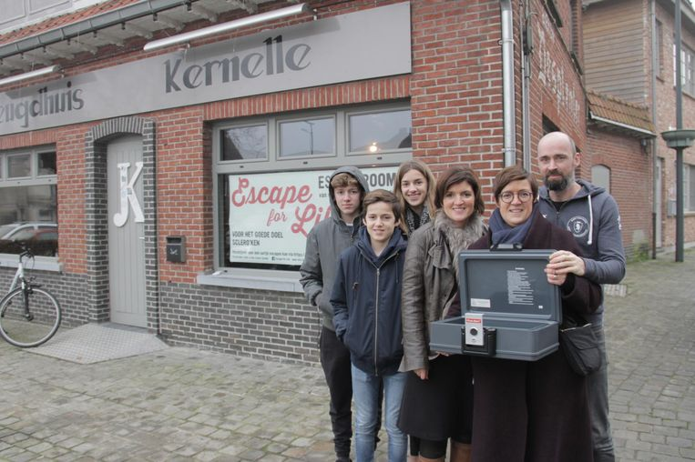 De familie Nachtergaele, met vlnr. Mo en Warre, Maud, Ilse, Ruth en Peter, aan jeugdhuis Kernelle.