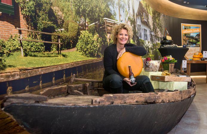 Rhoda van Eeden in de nieuwe Batavia-shop Taste of Giethoorn