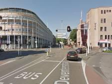 Verkeersoverlast door hijskraan bij stadhuis Apeldoorn