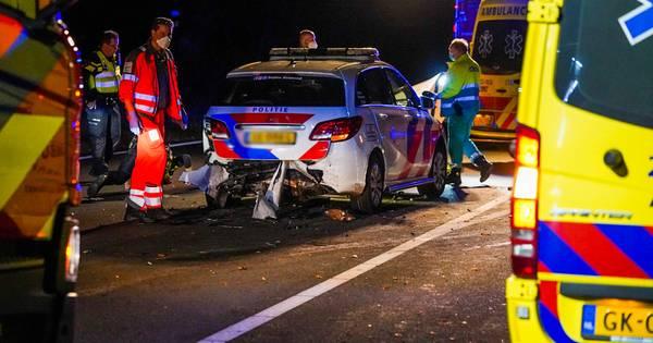 Agent gewond na botsing met stilstaande auto midden op de snelweg.