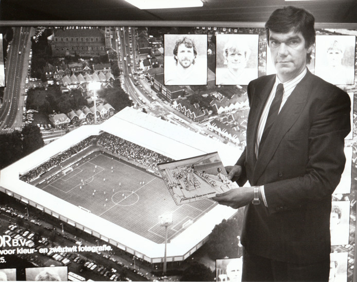 Kees Ploegsma presenteerde in november 1987 een plan voor een nieuwe tribune in het Philips Stadion. Op de achtergrond een foto van een maquette, ingebouwd in de wijk Philipsdorp.