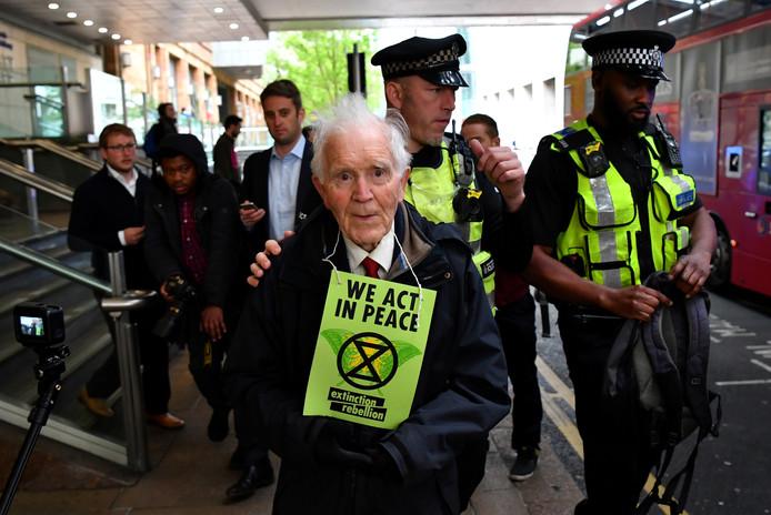 Phil Kingston moet weer eens mee met de politie.