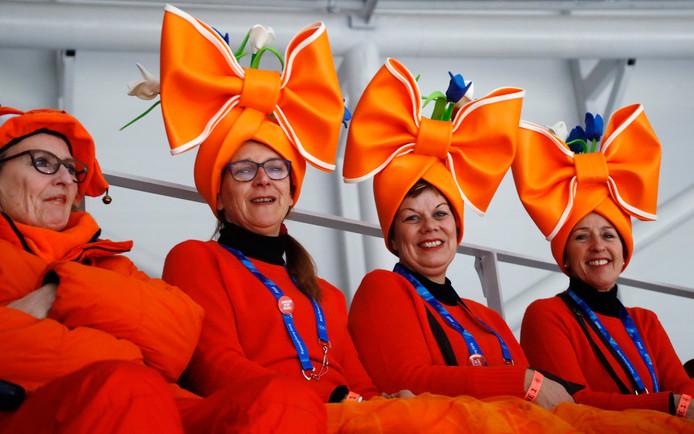 Fans van Nederlandse schaatsers wachten op de start van de 1500 meter vrouwen, in de Gangneung Oval op de Olympische Winterspelen in Zuid-Korea. Foto Petr David Josek