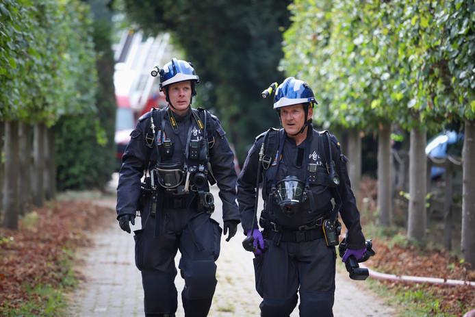 Brandweermannen komen terug van de brand.