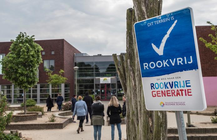 Ook in Twenterand krijgen scholen rookvrijbordjes.