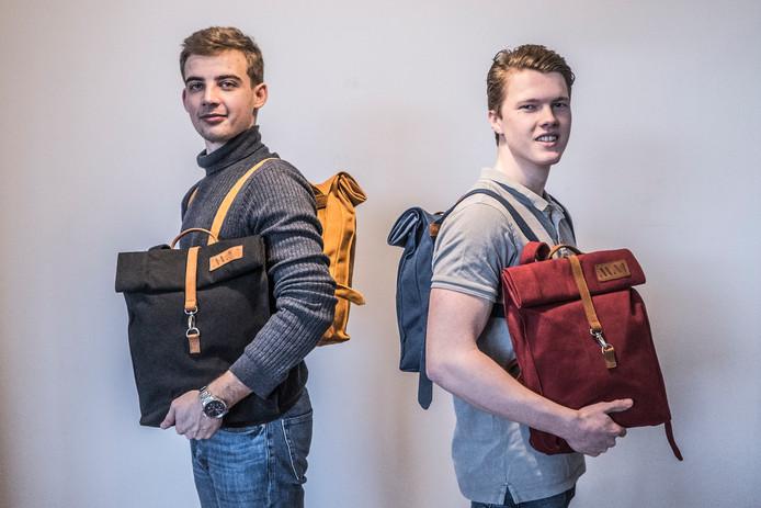 Pavel Landau (donker zwart/blauwe shirt) en Karel Meijer (licht grijze shirt) met hun nieuwe tassenlijn.