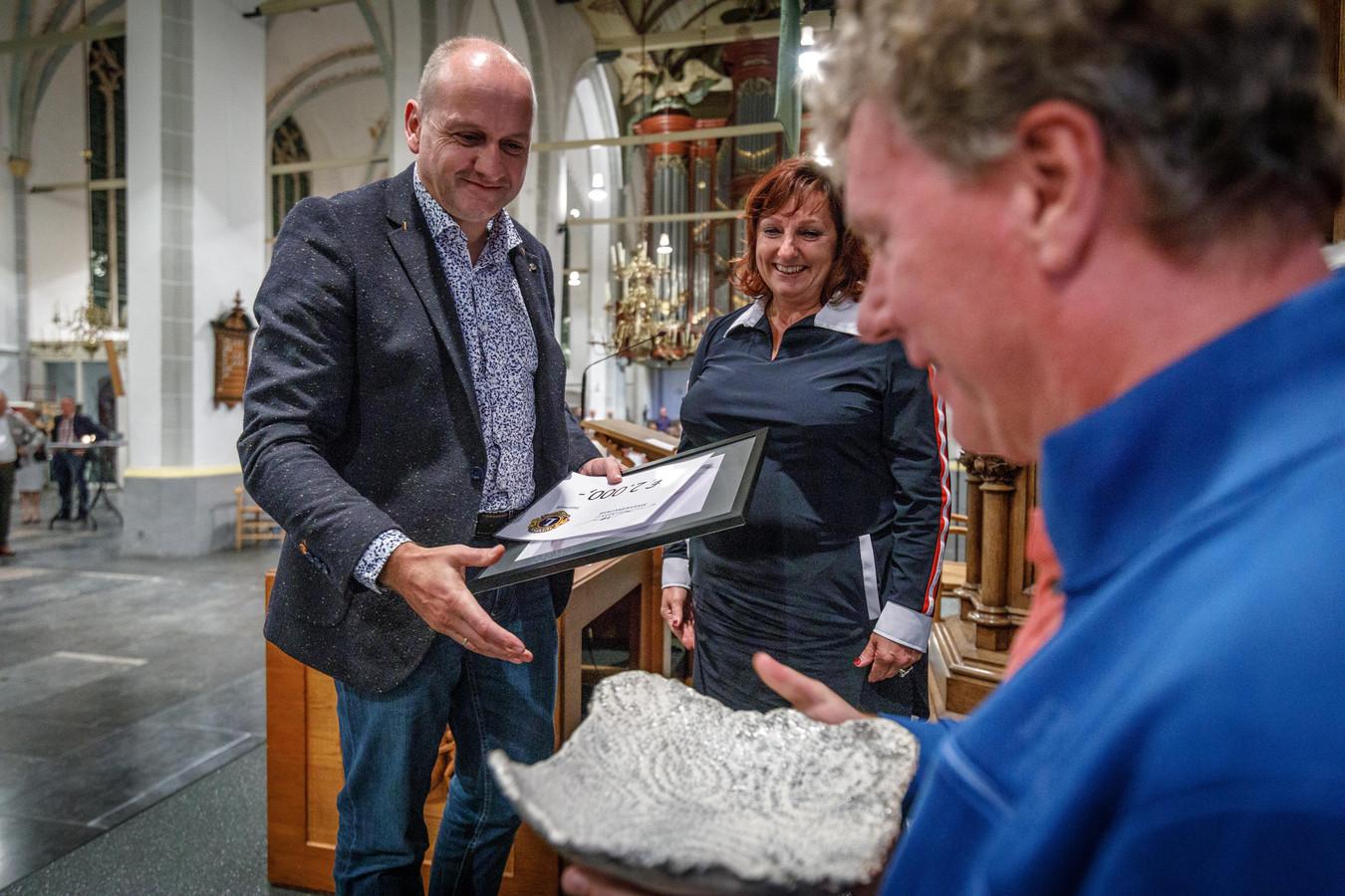 Theaterdirecteur Han Evers van De Meenthe ontvangt de Anne Beeltje Cultuurprijs tijdens de opening van de expositie in de Grote of Mariakerk. Dit was tevens het startsein voor drie dagen Kopje Cultuur.