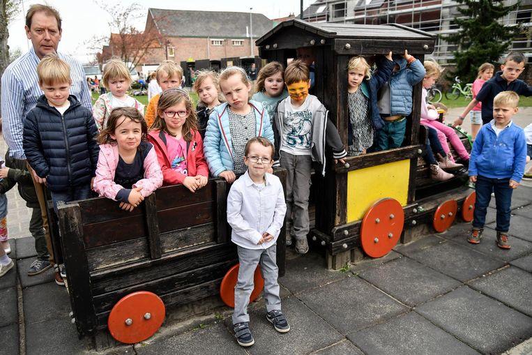 Luk De Mey met de kleuters die geen bezoekje aan de opera in Gent kunnen brengen.