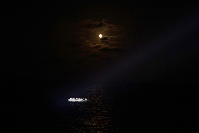 Het zoeklicht van reddingsschip Aquarius valt eind juni op een reddingsboot met vluchtelingen die vanuit Libië proberen Italië te bereiken. Ze worden aan boord genomen en naar Sicilië gebracht.