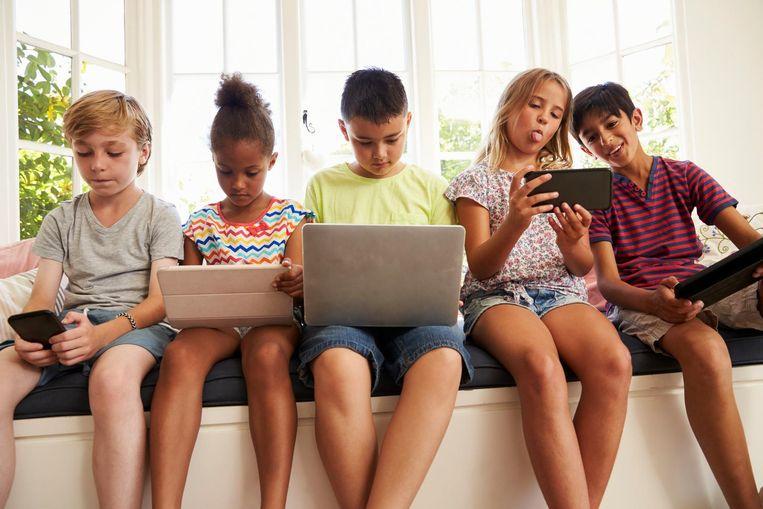 De impact van schermen op de gezondheid van kinderen is miniem, zeker als je het vergelijkt met andere factoren die wél een grote invloed hebben, zoals slaap, beweging, voeding, pesten of armoede.
