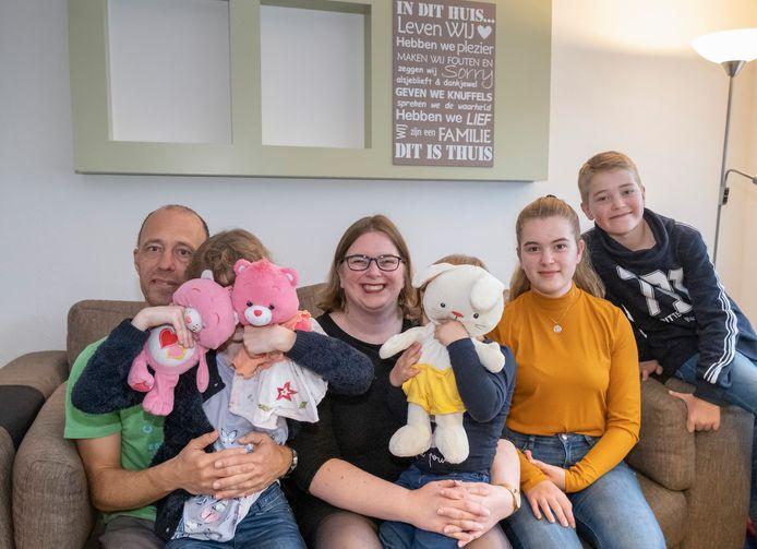 Vlnr: vader Richard en moeder Moniek met pleegkinderen Anne (3) en Marijke (8), en hun eigen kinderen Sophie en Floris.