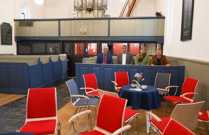 Burgemeester Jan-Frans Mulder, Ger Groenewegen, Diana Suykerbuyk en Pieter Overduin (vlnr) van de stichting Kerk in Klooster demonstreerden de harde kerkbanken nog even. Nu is er meer keus, er zijn ook comfortabele stoelen.