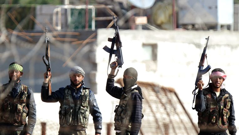 Syrische oppositievechters aan de grens van Turkije met Syrië in Ceylanpinar. Beeld AFP