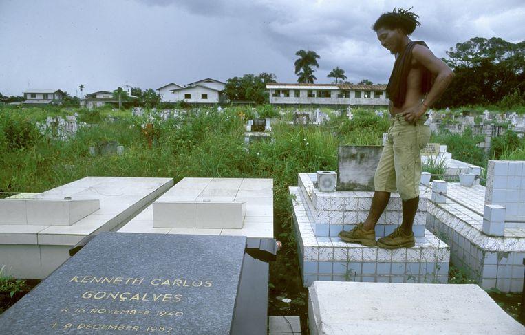 Het graf van Kenneth Gonçalves, de deken van de Surinaamse Orde van Advocaten die op 8 december 1982 werd geëxecuteerd. Sommige slachtoffers smeekten Bouterse om hun leven te sparen. Anderen, zoals de trotse legerofficier Surindre Rambocus, verzetten zich tot het laatst tegen de ex-legerleider. Beeld Guus Dubbelman/de Volkskrant