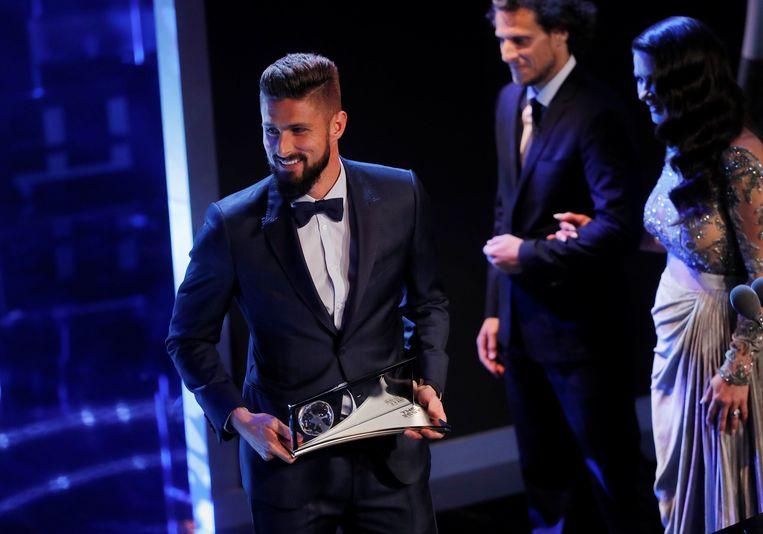 Olivier Giroud pronkt met de Puskas Award.