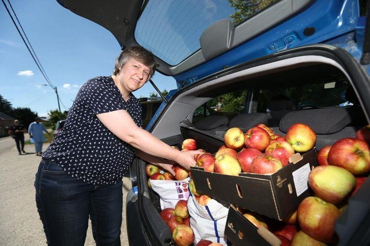 Nele Walbers uit Melveren laadt haar auto vol.