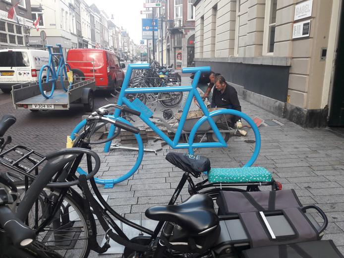 Bij de bibliotheek aan de Bossche Hinthamerstraat komen twee speciale blauwe fietsen.