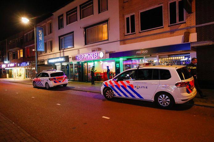 Politie aanwezig in de Kruisstraat in verband met de steekpartij zondagnacht.