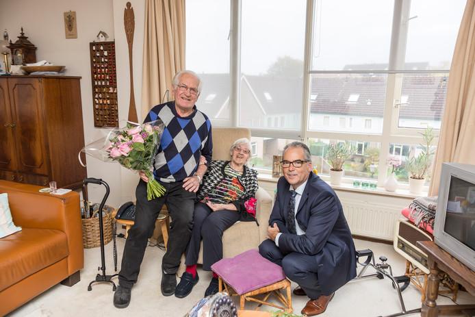 Bram Dierkx (links) is door wethouder André van der Reest in het zonnetje gezet omdat Bram de mantelzorger is van zijn vrouw Betty Dierkx.