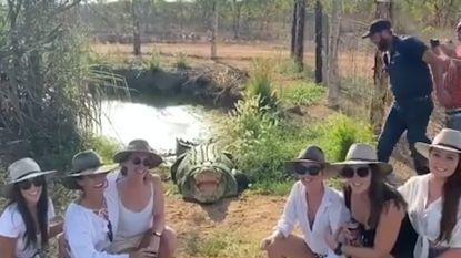 Vrouwen schrikken tijdens selfie met krokodil