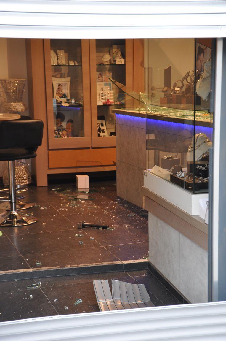 Juwelenwinkel Queens in Eeklo werd volledig overhoop gehaald door inbrekers.