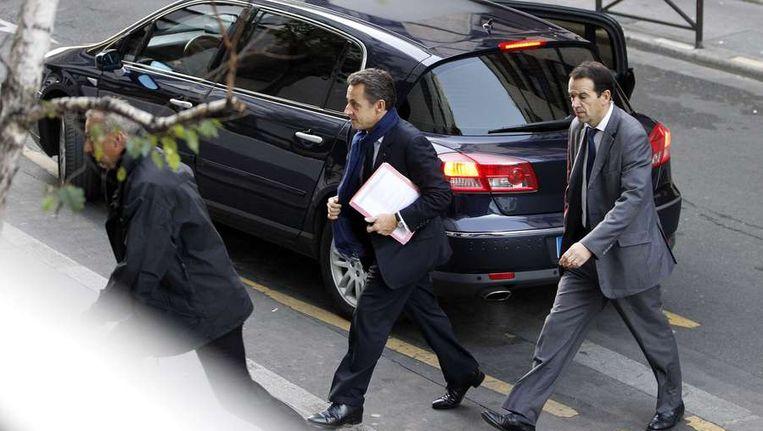 President Sarkozy vanmorgen op kraambezoek bij zijn dochtertje Dahlia. Beeld afp