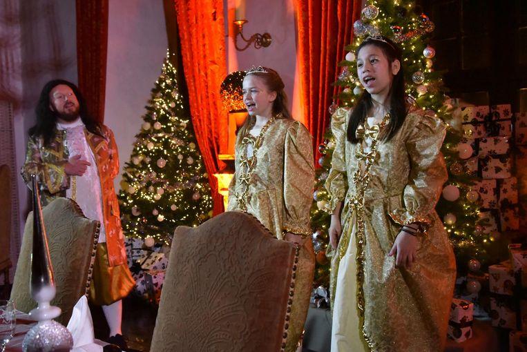 Elfjes zingen kerstliederen.