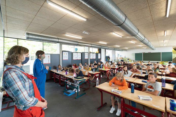 Basisschool Eikenlaar in Reet richtte een leslokaal in in de refter