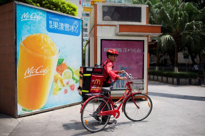 Een bezorger van het fastfoodrestaurant in China