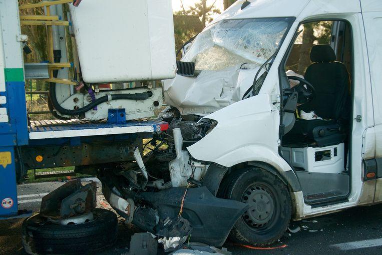 De bestuurder van de bestelwagen raakte gekneld in zijn voertuig, en moest door de brandweer worden bevrijd.