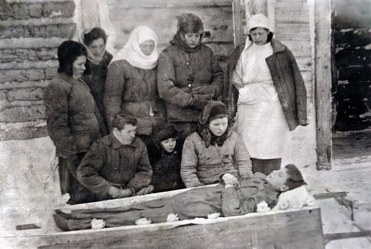 De begrafenis van de twaalfjarige Jonas Tumosa in Trofimofsk aan de Laptevzee in Noordoost-Siberië, 1947. Beeld Collection of the Museum of Occupations and Freedom Fights