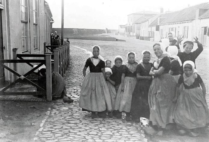 Albert Depré fotografeerde in 1907 in Westkapelle kinderen in streekdracht.