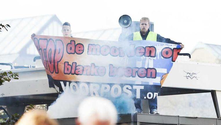 De onthulling van het monument voor Nelson Mandela wordt verstoord door leden van Voorpost. Beeld anp