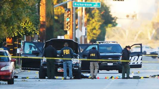 FBI-onderzoek bij de auto waarin verdachten Syed Rizwan Farook en Tashfeen Malik zaten