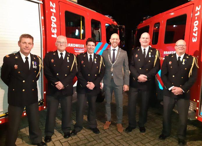 Vijf van de zes brandweerlieden op de foto met burgemeester Han Looijen. Marcel van Hout werd eerder op de dag onderscheiden.