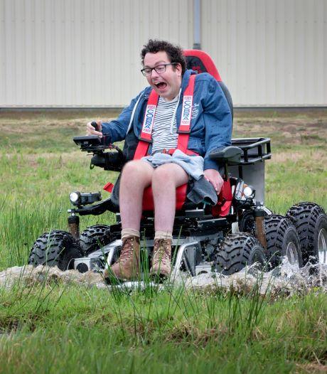 Joost bestuurt zijn invaliden-terreinwagen met één vinger