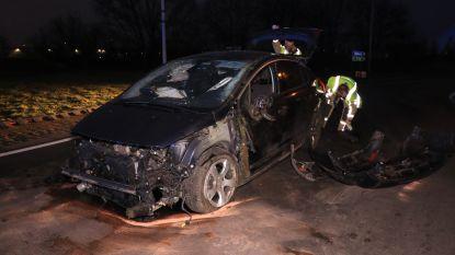 VIDEO : Vierde zwaar ongeval in twee weken aan onverlichte rotonde: bestuurder knalt op betonblokken