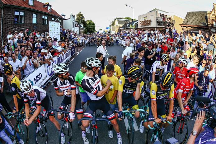 Het is drukt bij de start van Daags na de Tour. Vorig jaar vooraan Bram Tankink, Tom Dumoulin, Steven Kruijswijk en Dylan Groenewegenvoor de start van het wielercriterium Daags na de Tour.
