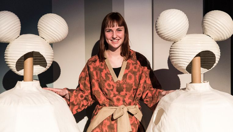 Kostuumontwerper Carlijn Veurink met haar creaties. Beeld Rijk in beeld