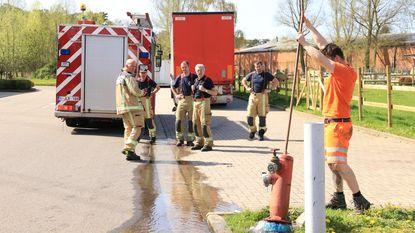 Trucker rijdt brandkraan aan