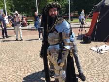 Ridders rijden door de stad op Nassaudag Breda