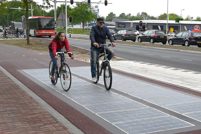 Zonnepanelen in stuk fietspad