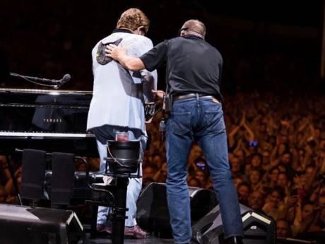 """Elton John interrompt brusquement un concert: """"Je ne peux pas chanter"""""""