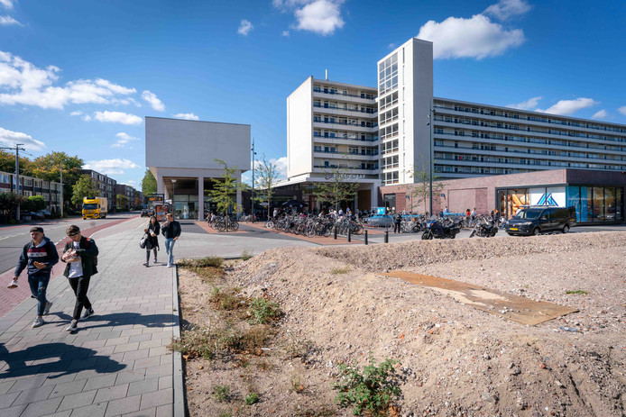 De plek waar de ontsluiting moet komen. Links de Lange Wal, rechts Albert Heijn met daarvoor de parkeerplaats.