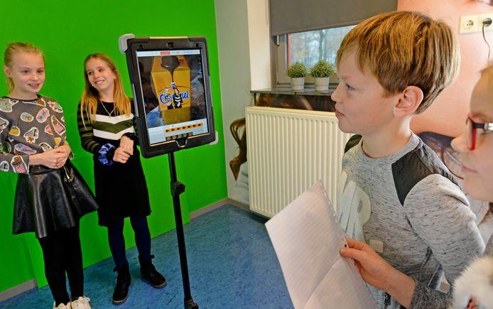 Amber, Chantal, Tiemen en Almudena in het lab van de  Stichting Katholiek Onderwijs Enschede.
