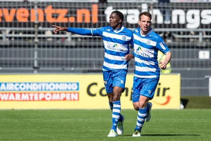PEC Zwolle speler Queensy Menig (l) viert zijn doelpunt Wout Brama (r).