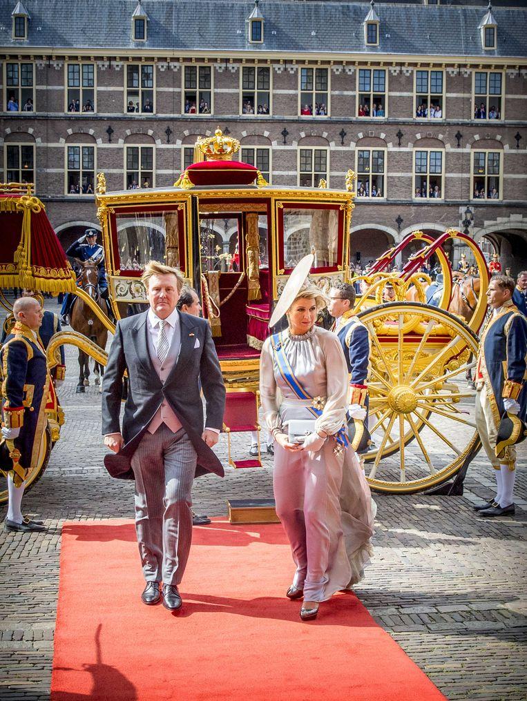 Koning Willem Alexander en koningin Maxima komen in de Glazen Koets aan op het Binnenhof voor het voorlezen van de troonrede in de Ridderzaal.