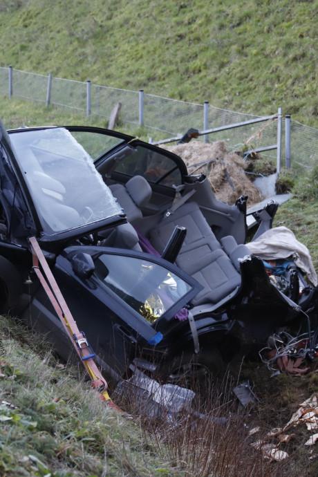 Automobilist raakt bekneld in auto die met aanhanger in sloot naast A77 in Boxmeer belandt
