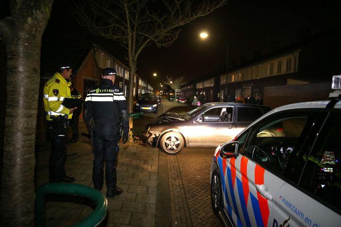 Auto crasht na achtervolging door politie in Frans Halsstraat in Raamsdonksveer.